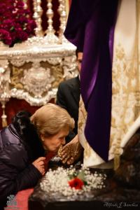 Besapie al Cristo de la Oración en el Huerto